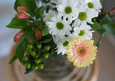 Kukat ja kasvit elävöittävät sisustusta.